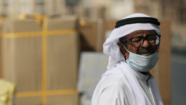 Un hombre con mascarilla en Dubái - Sputnik Mundo
