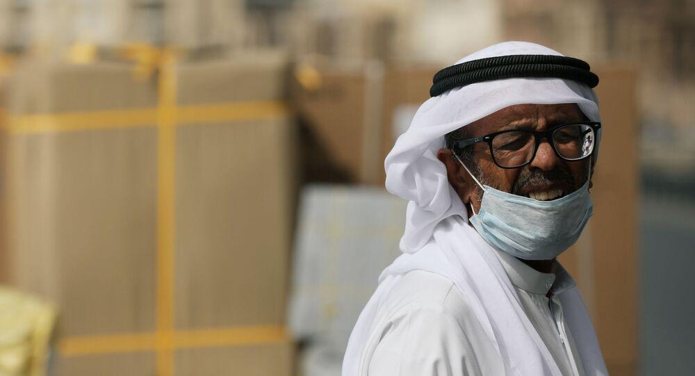 Un hombre con mascarilla en Dubái