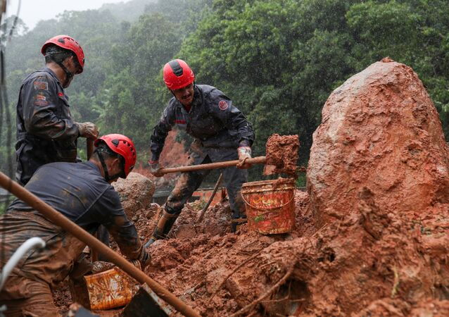 Bomberos buscando supervivientes entre el barro en Brasil