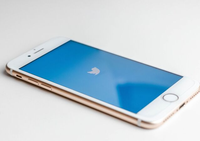 Un móvil con el logo de Twitter