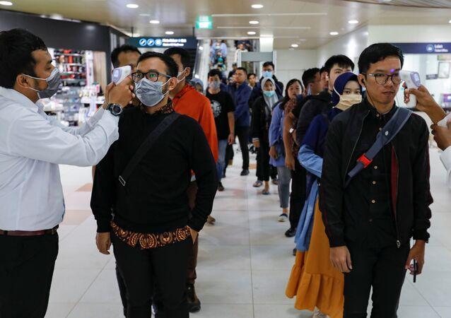 Los médicos miden la temperatura de los pasajeros debido al brote de coronavirus