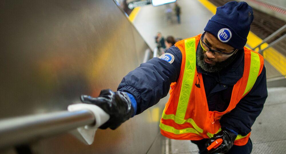 Desinfección del metro en EEUU debido al nuevo coronavirus
