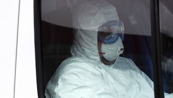 Un médico en traje de protección en Rusia - Sputnik Mundo