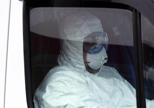 Un médico en traje de protección en Rusia