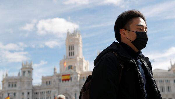 Un hombre en mascarilla en Madrid - Sputnik Mundo