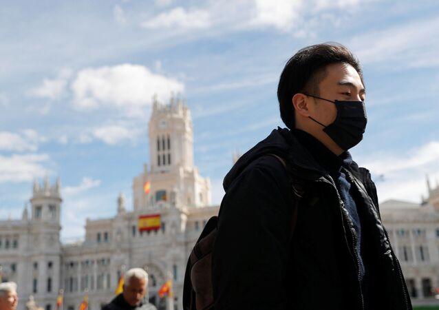 Un hombre en mascarilla en Madrid