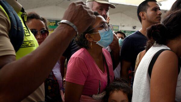 Gente en cola para comprar mascarillas en Ecuador - Sputnik Mundo