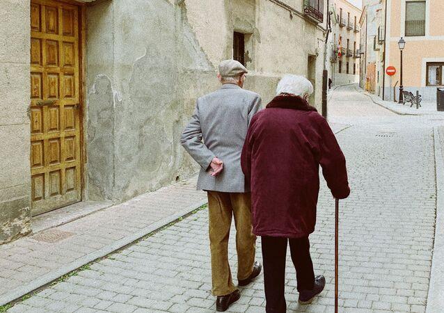 Una pareja de personas mayores