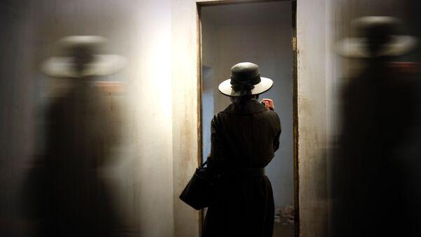 Una mujer frente al espejo (imagen referencial) - Sputnik Mundo