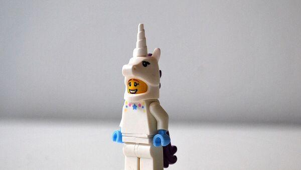 Una figura de Lego con un disfraz de Unicornio - Sputnik Mundo