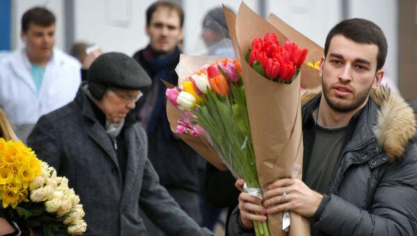 Así se preparan en Rusia para felicitar a las mujeres en su día  - Sputnik Mundo