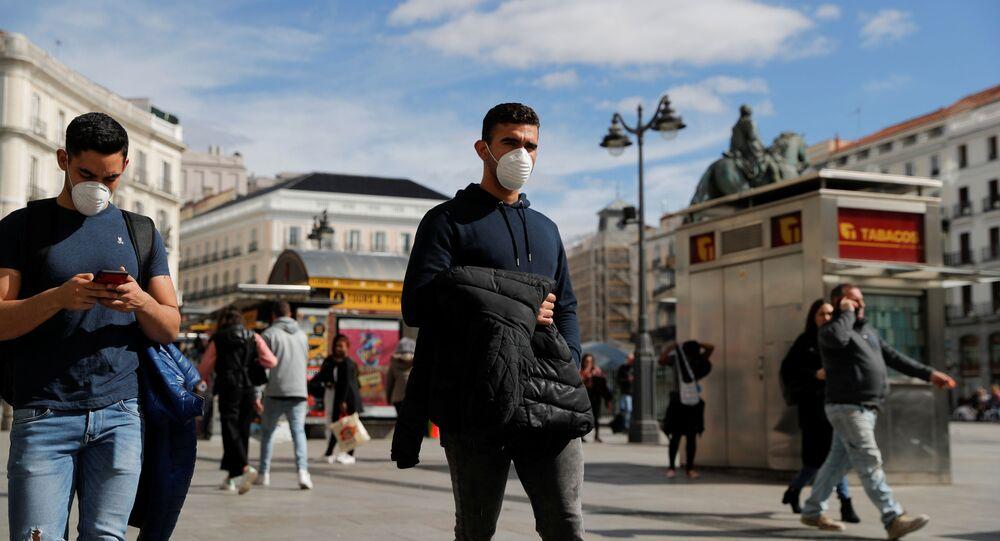 Unos hombres con mascarilla durante el brote del coronavirus en España