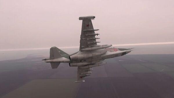 Los Su-25 rusos lanzan misiles de combate contra una caravana del 'enemigo' - Sputnik Mundo