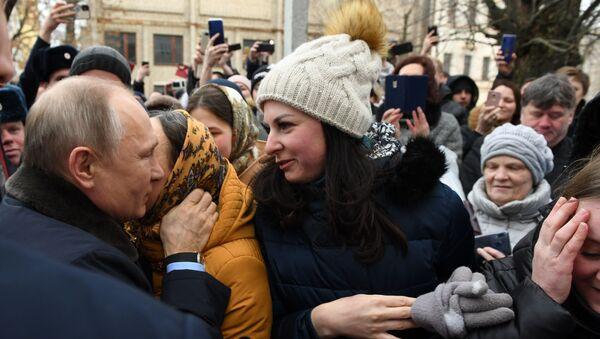 El presidente ruso, Vladímir Putin, y una mujer de la ciudad de Ivánovo - Sputnik Mundo