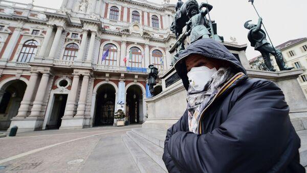 Una mujer con mascarilla en Italia - Sputnik Mundo