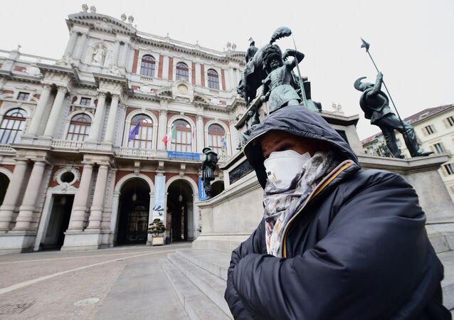 Una mujer con mascarilla en Italia