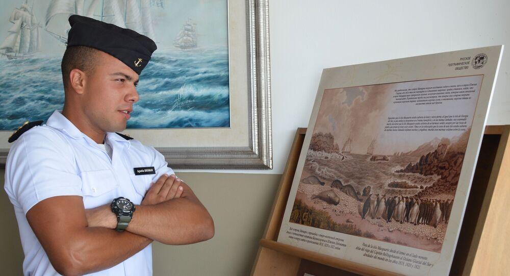 Un alumno de la Escuela Naval de Montevideo en la exposición dedicada al 200 del descubrimiento de la Antártida