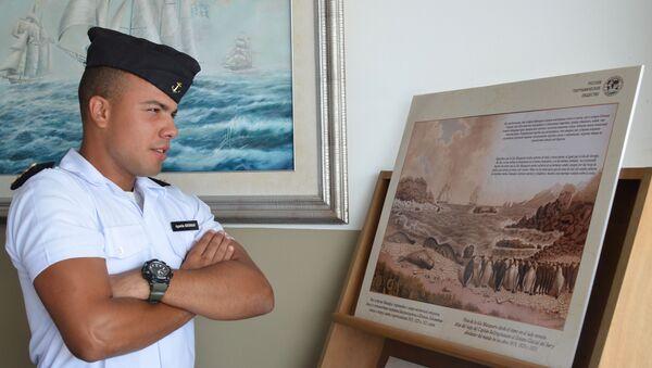 Un alumno de la Escuela Naval de Montevideo en la exposición dedicada al 200 del descubrimiento de la Antártida - Sputnik Mundo