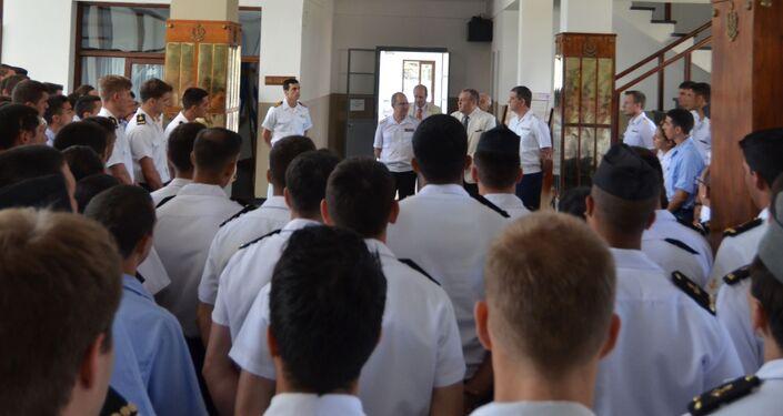 Alumnos de la Escuela Naval de Montevideo en la exposición dedicada al 200 del descubrimiento de la Antártida