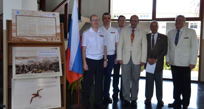 Visitantes de la exposición dedicada al 200 del descubrimiento de la Antártida en la Escuela Naval de Montevideo