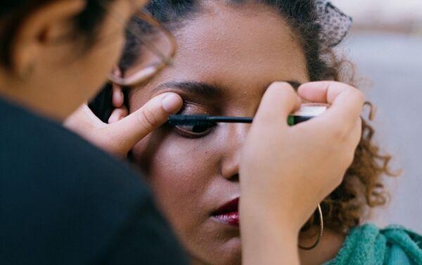 Ivette Dominguez maquillando a una joven - Sputnik Mundo