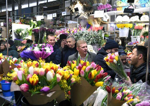 Enormes filas en una feria de flores moscovita en vísperas del día 8 de marzo