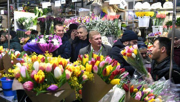 Enormes filas en una feria de flores moscovita en vísperas del día 8 de marzo - Sputnik Mundo