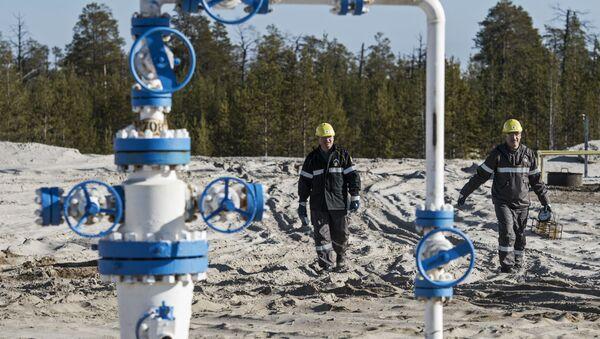 Los operadores en un yacimiento de petróleo en Rusia - Sputnik Mundo