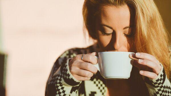 Una mujer toma café, referencial - Sputnik Mundo