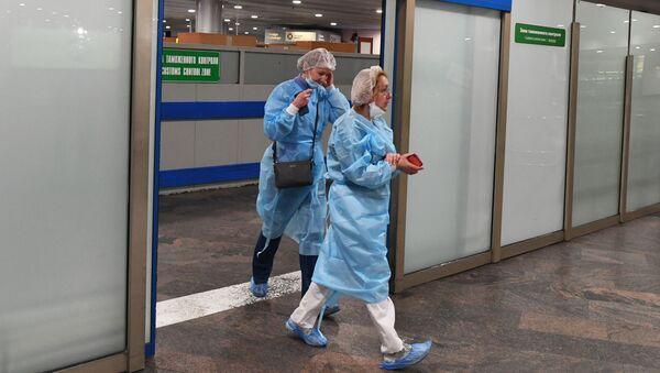 Unos médicos en el aeropuerto internacional de Sheremetievo en Moscú - Sputnik Mundo