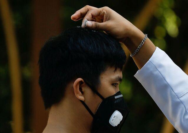 Un creyente católico en Filipinas con una mascarilla