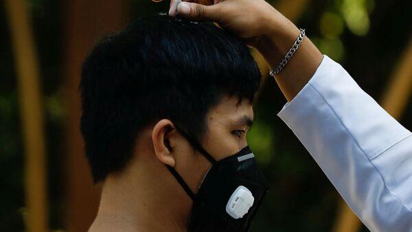 Un creyente católico en Filipinas con una mascarilla - Sputnik Mundo