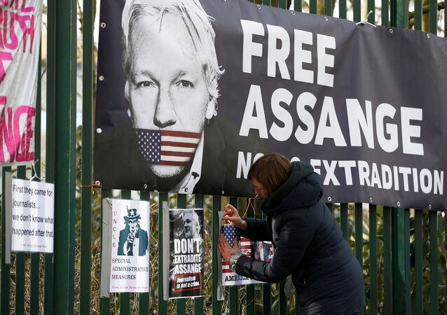 Un cartel con el rostro del fundador de WikiLeaks,  Julian Assange