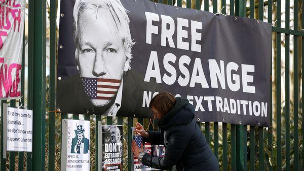 Un cartel con el rostro del fundador de WikiLeaks,  Julian Assange - Sputnik Mundo