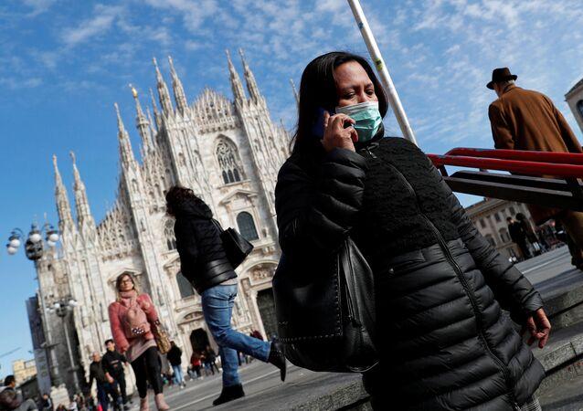 Una mujer lleva la mascarilla en Milán