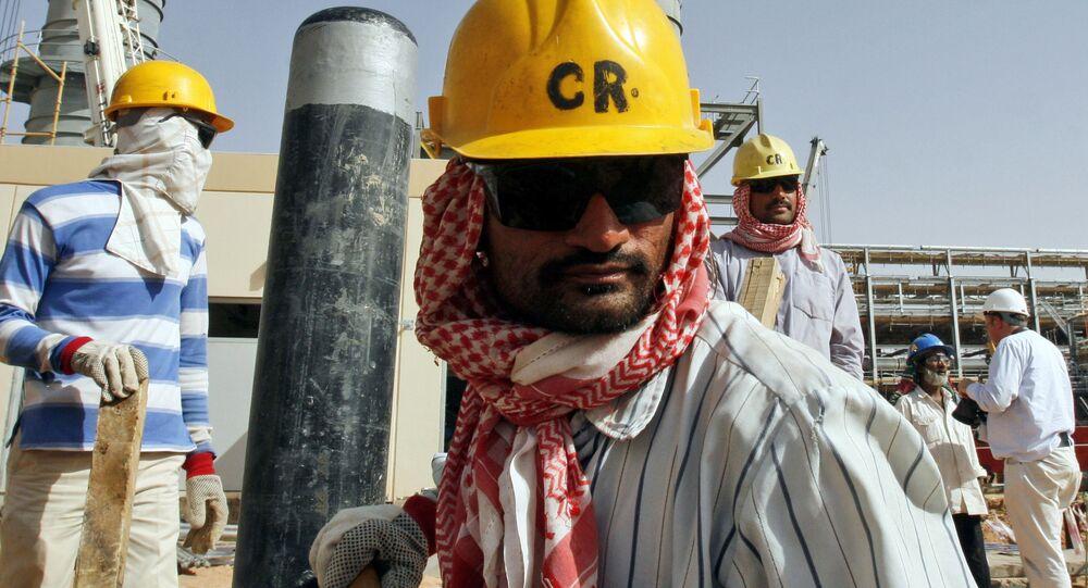 Trabajadores en un yacimiento de petróleo en Arabia Saudí