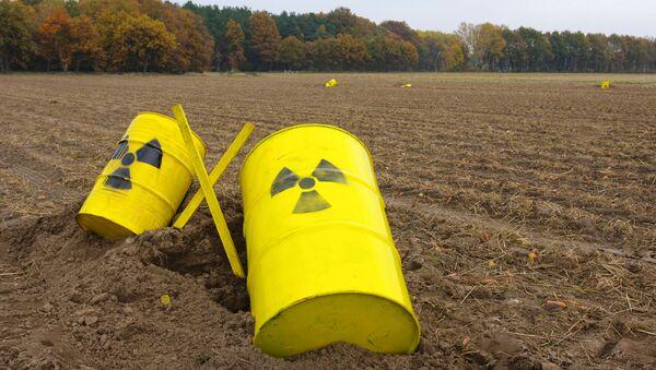 Barriles pintados con señales de peligro radioactivo - Sputnik Mundo