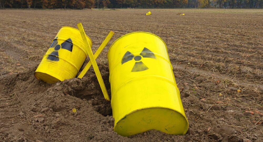 Barriles pintados con señales de peligro radioactivo