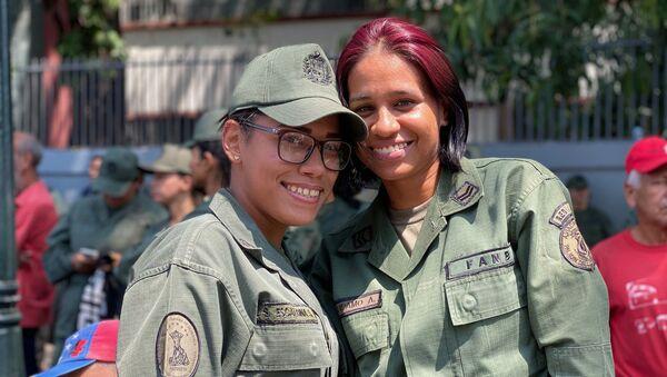 Dos mujeres militares venezolanas participando en la marcha por el Dia de la Mujer en la avenida Universidad de Caracas. - Sputnik Mundo