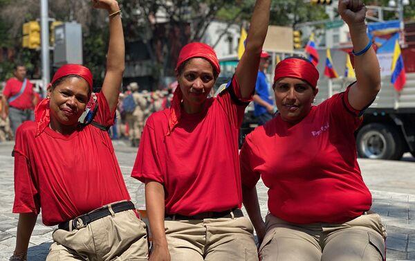 Mujeres venezolanas participando de la marcha por el Dia de la Mujer en la Plaza Morelos de Caracas, punto de inicio de la movilizacion en la capital venezolana. Van vestidas de rojo porque se reivindican como chavistas y feministas. El rojo es el color de la Revolucion bolivariana. - Sputnik Mundo