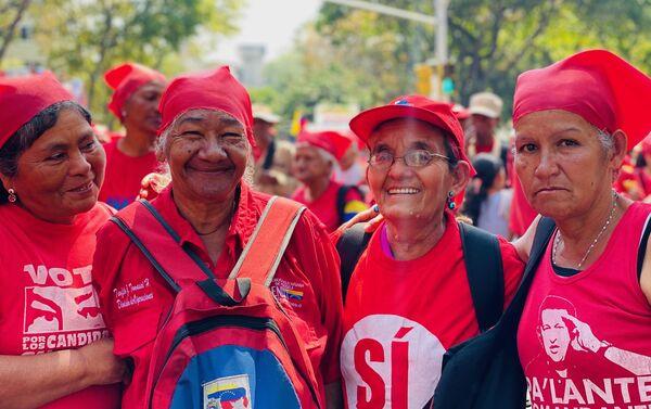 Varias mujeres participando de la marcha por el Dia de la Mujer en Caracas en la avenida Universidad, una arteria central de la capital venezolana por donde ha transcurrido la movilizacion. Las mujeres visten de rojo porque es el color simbolo de la Revolucion bolivariana. La manifestacion ha sido convocada en Venezuela por el Ministerio de la Mujer. - Sputnik Mundo