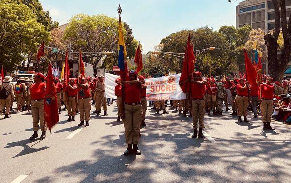 Varias mujeres encabezando la marcha por el Dia de la Mujer en Caracas portando la bandera venezolana como estandarte de la manifestacion en la avenida Universidad, una de las vias principales del recorrido. - Sputnik Mundo