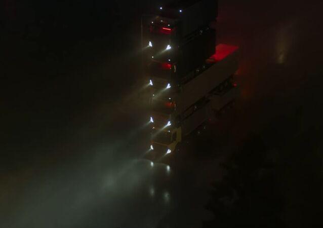 Una torre de camiones Volvo