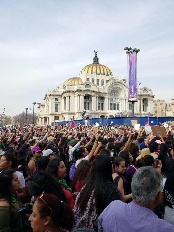 La masiva manifestación en el Día Internacional de la Mujer en México - Sputnik Mundo