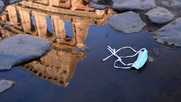 Una mascarilla en Roma (Italia) - Sputnik Mundo