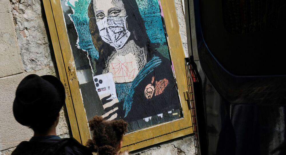 Un grafiti de Mona Lisa con una mascarilla en Barcelona