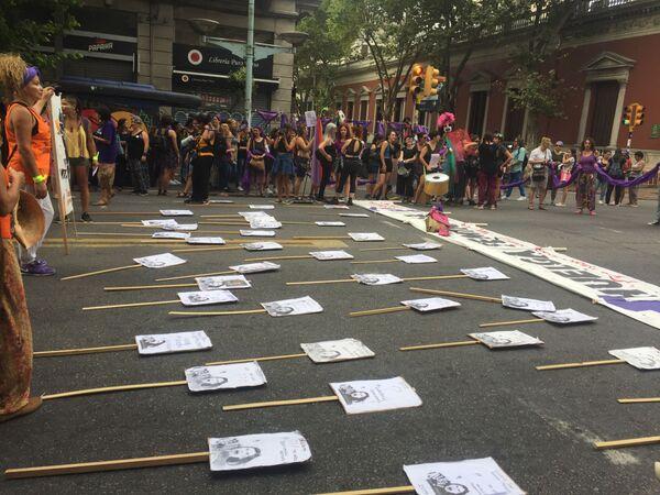 Carteles en honor a mujeres asesinadas durante la marcha del 8M en Montevideo, Uruguay - Sputnik Mundo