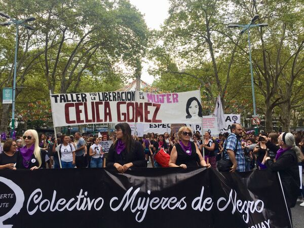 Integrantes del colectivo 'Mujeres de Negro' durante la marcha del 8M en Montevideo, Uruguay - Sputnik Mundo