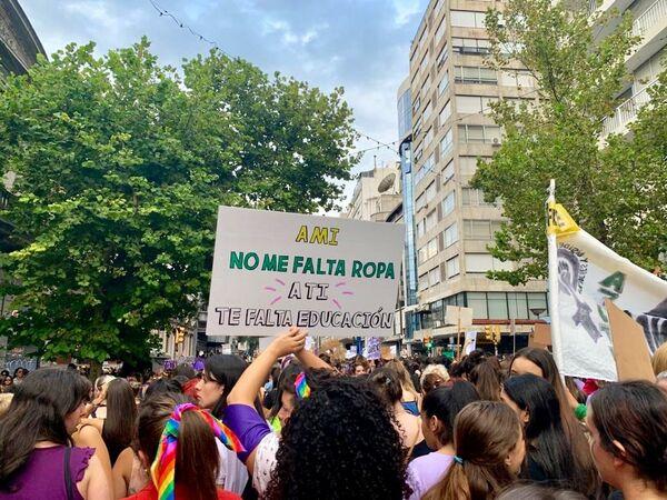 Mujeres sostienen una pancarta durante la marcha del 8M en Montevideo, Uruguay - Sputnik Mundo