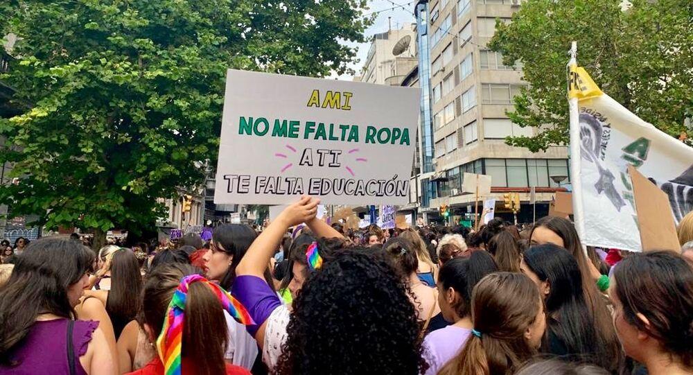 Mujeres sostienen una pancarta durante la marcha del 8M en Montevideo, Uruguay